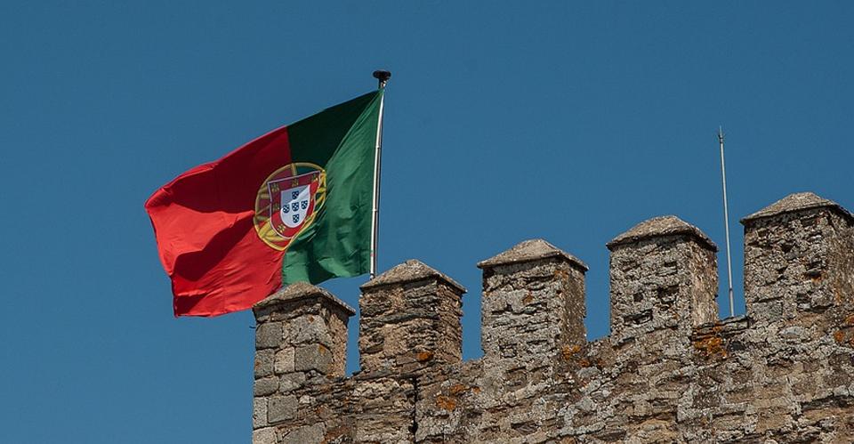 postar imagem Uma Revisita à Restauração da Independência Portuguesa portugal flag ramparts castle - Uma Revisita à Restauração da Independência Portuguesa
