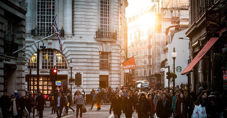 postar imagem Por que Vários Crentes Rejeitam a Aliança entre a Tradição e o Modernismo na Igreja pessoas nas ruas - Por que Vários Crentes Rejeitam a Aliança entre a Tradição e o Modernismo na Igreja
