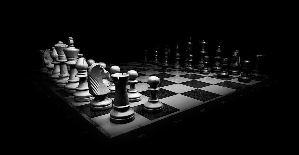 postar imagem Os Interessantes Paralelos Entre o Tradicionalismo e o Progressismo peças de xadrez - Os Interessantes Paralelos Entre o Tradicionalismo e o Progressismo