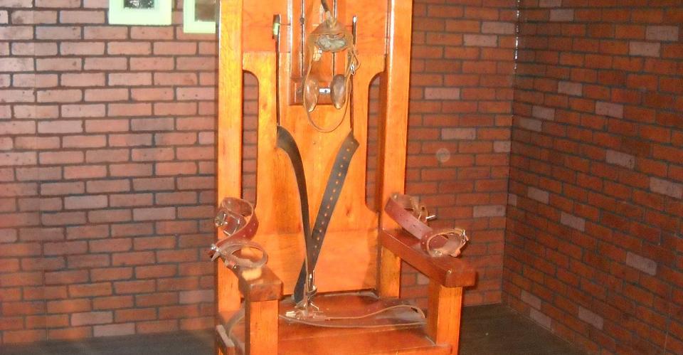 postar imagem cemitério de outono cruz morte decadência electric chair death row execution - A Evolução Histórica da Atitude de Portugal Quanto à Pena de Morte