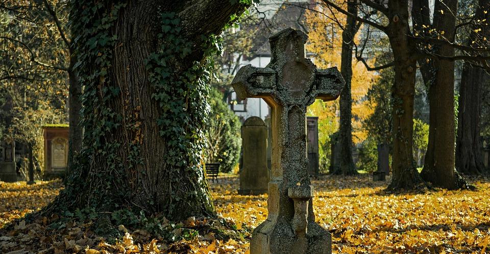 postar imagem cemitério de outono cruz morte decadência - A Evolução Histórica da Atitude de Portugal Quanto à Pena de Morte